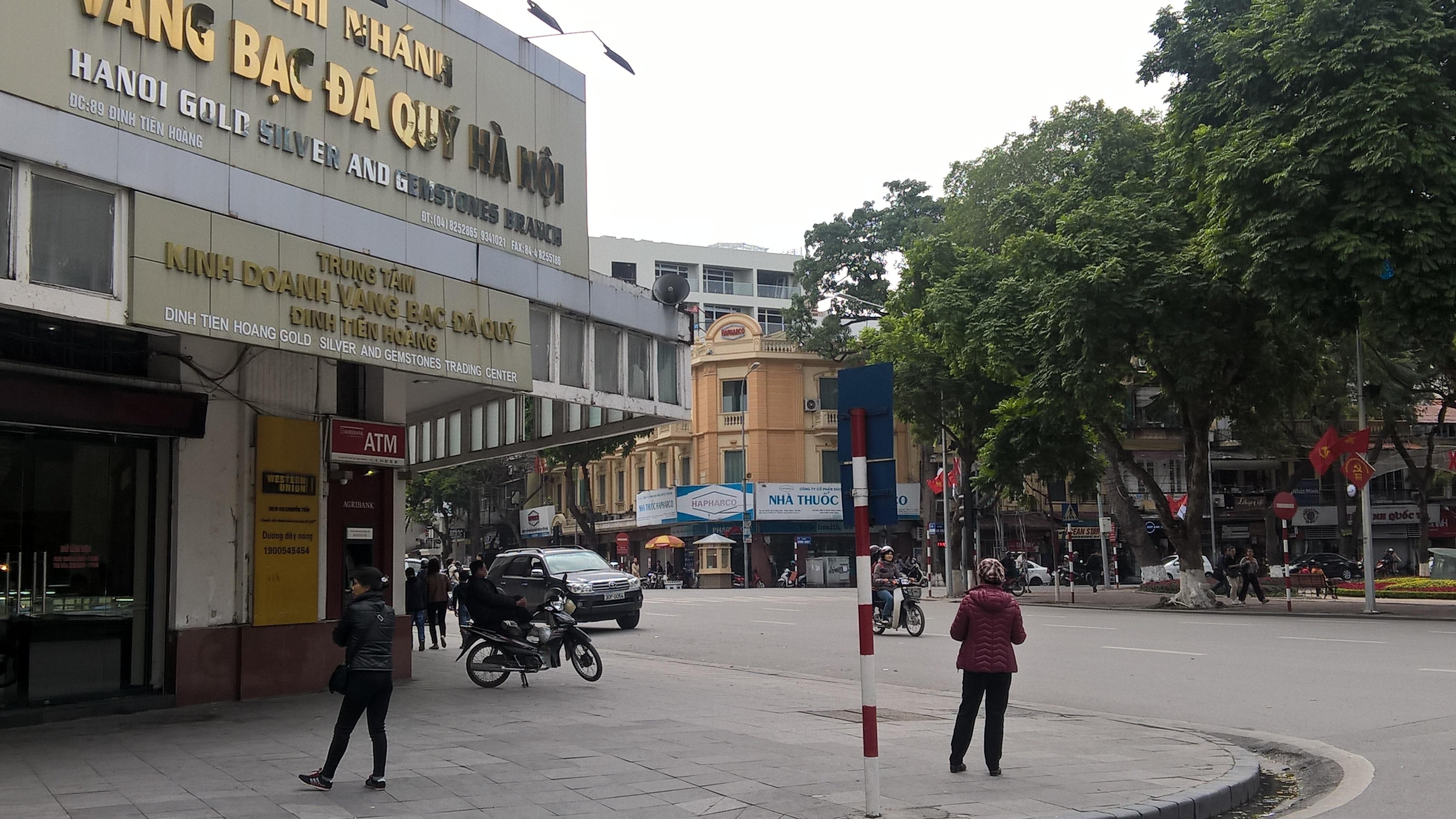 Hai đối tượng cò đổi tiền đô la và tiền lẻ tại phố Nguyễn Xí, giao cắt phố Đinh Tiên Hoàng (Hoàn Kiếm, Hà Nội)