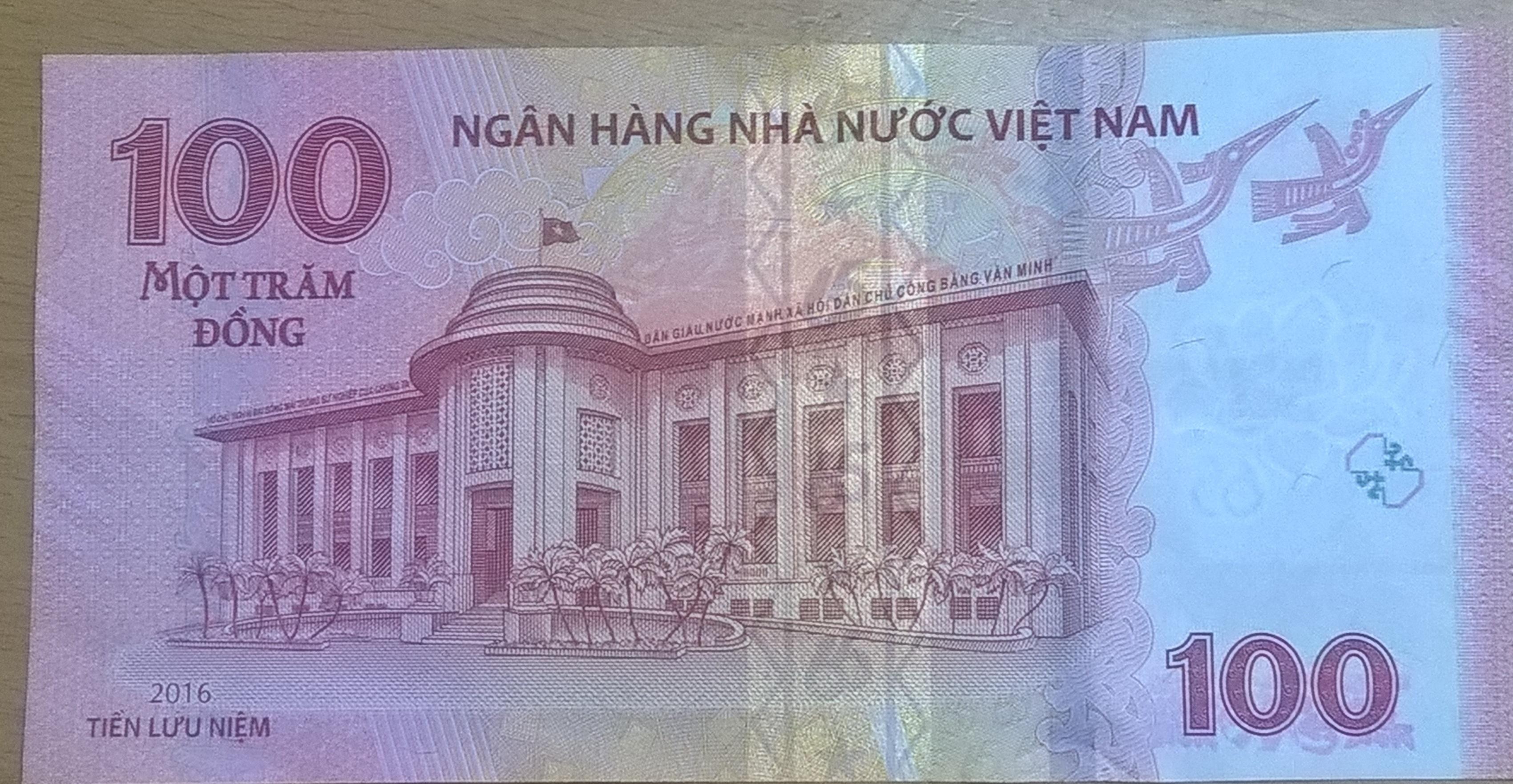 Mặt sau tiền lưu niệm 100 đồng