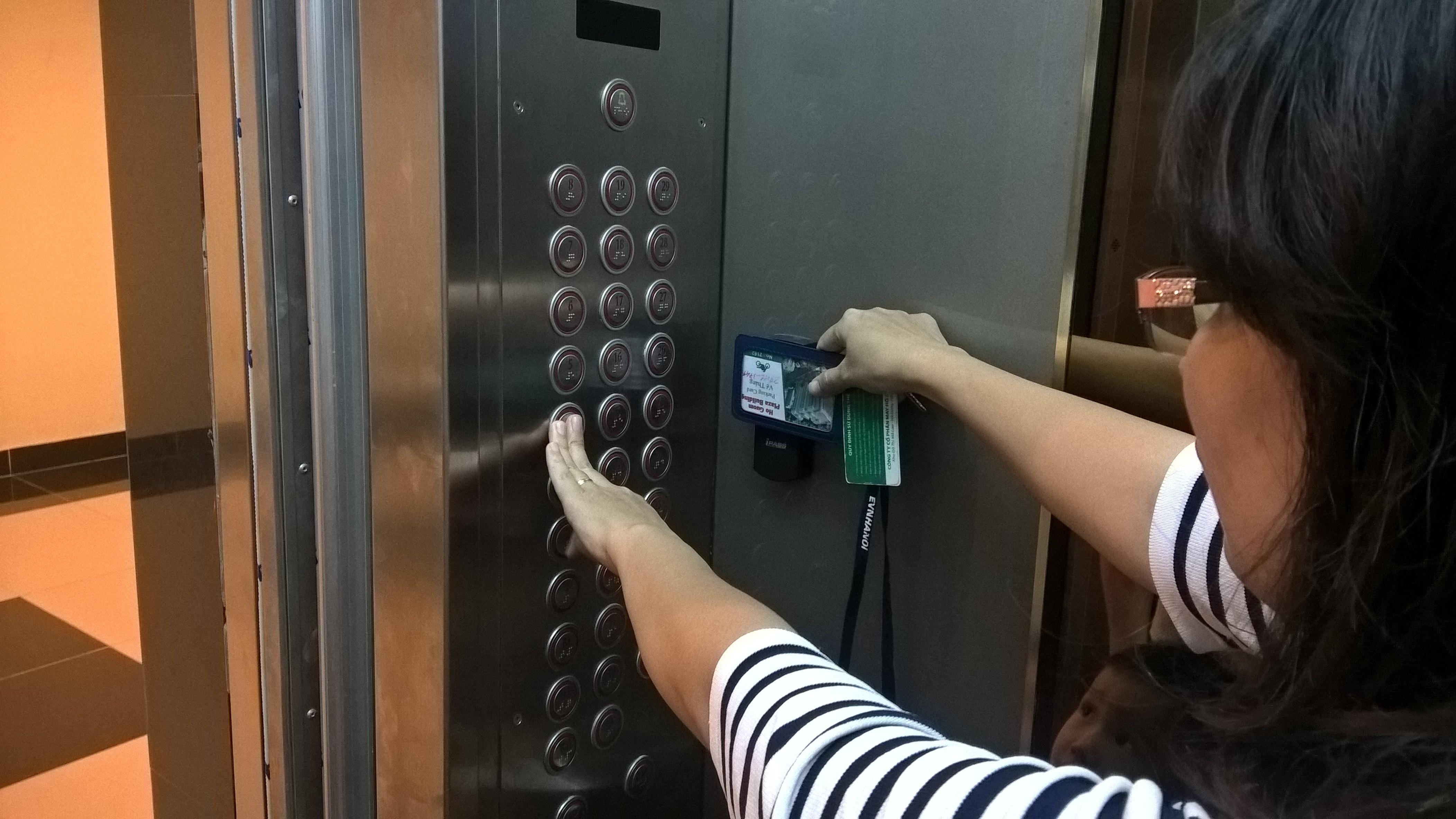 Từ sáng đến chiều ngày 19/4, một số cư dân sống tại chung cư Hồ Gươm Plaza có thẻ từ thang máy nhưng không thể di chuyển vì bị ngắt dịch vụ. Đến 17h cùng ngày, sau cuộc gặp gỡ giữa ban đại diện cư dân và Chủ đầu tư, một số người dân mới sử dụng được thang máy.