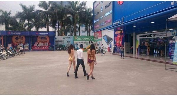 Siêu thị Trần Anh tại Phạm Hùng bị dư luận ném đá sau khi có nhiều tiếp viên, người mẫu tiếp thị điều hòa từ ngoài cổng vào dù sau đó đại diện công ty này đưa lý giải khác