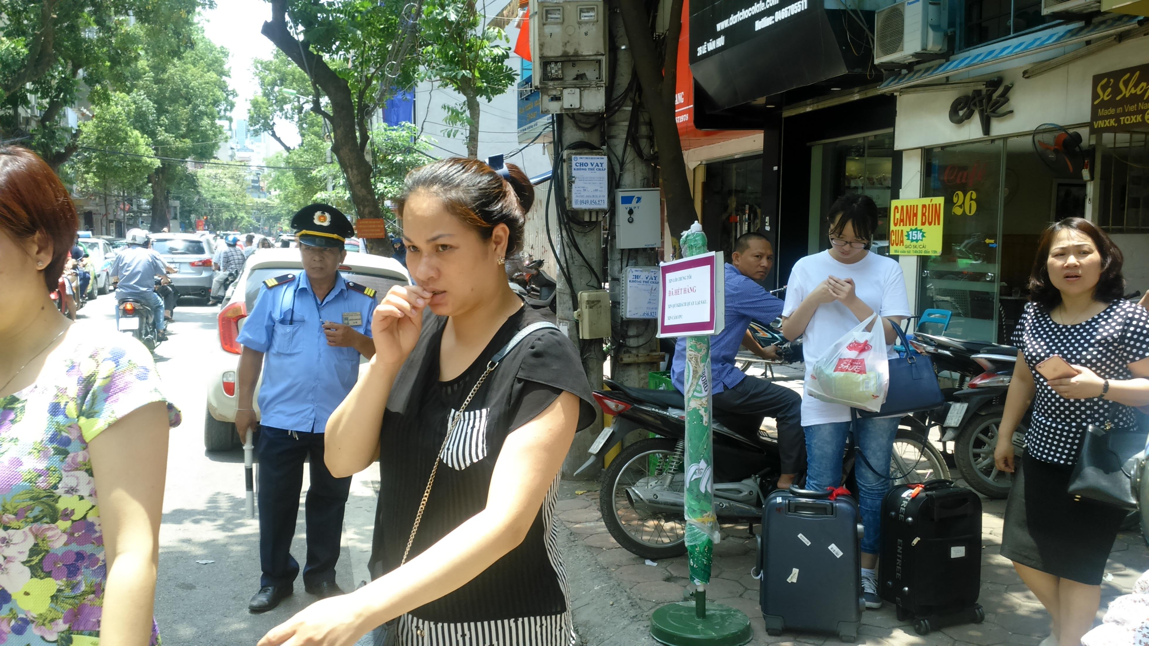 Người ra về có vẻ không hài lòng, còn cô sinh viên Hàn Quốc đang vất vả gọi taxi để về khách sạn ăn trưa sau chuyến ăn hụt bún chả tại quán ăn mà vị Tổng thống Mỹ đã từng ăn.
