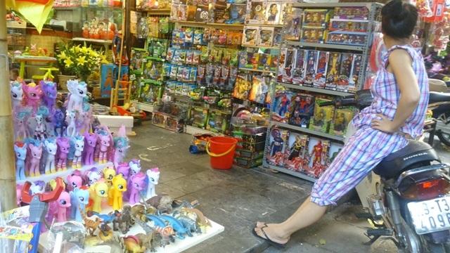 Một cửa hàng bán đồ chơi thiếu nhi toàn Made in China, khá đìu hiu dù lúc này đang là mùa cao điểm mua sắm đồ chơi cho bé.
