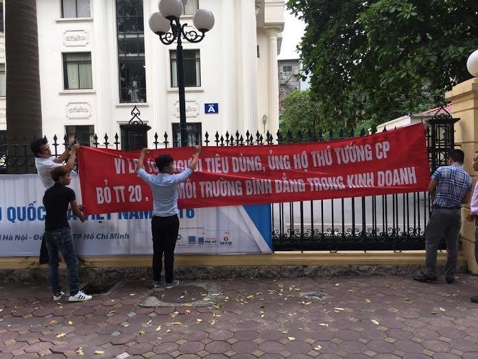 Không được vào dự họp để tham gia ý kiến, nhiều DN đã giăng biểu ngữ trước cổng Bộ Công Thương