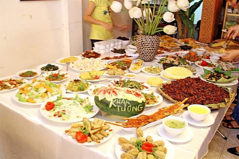 Mùa Vu Lan, các nhà hàng đồ ăn chay tấp nập đón khách - 1