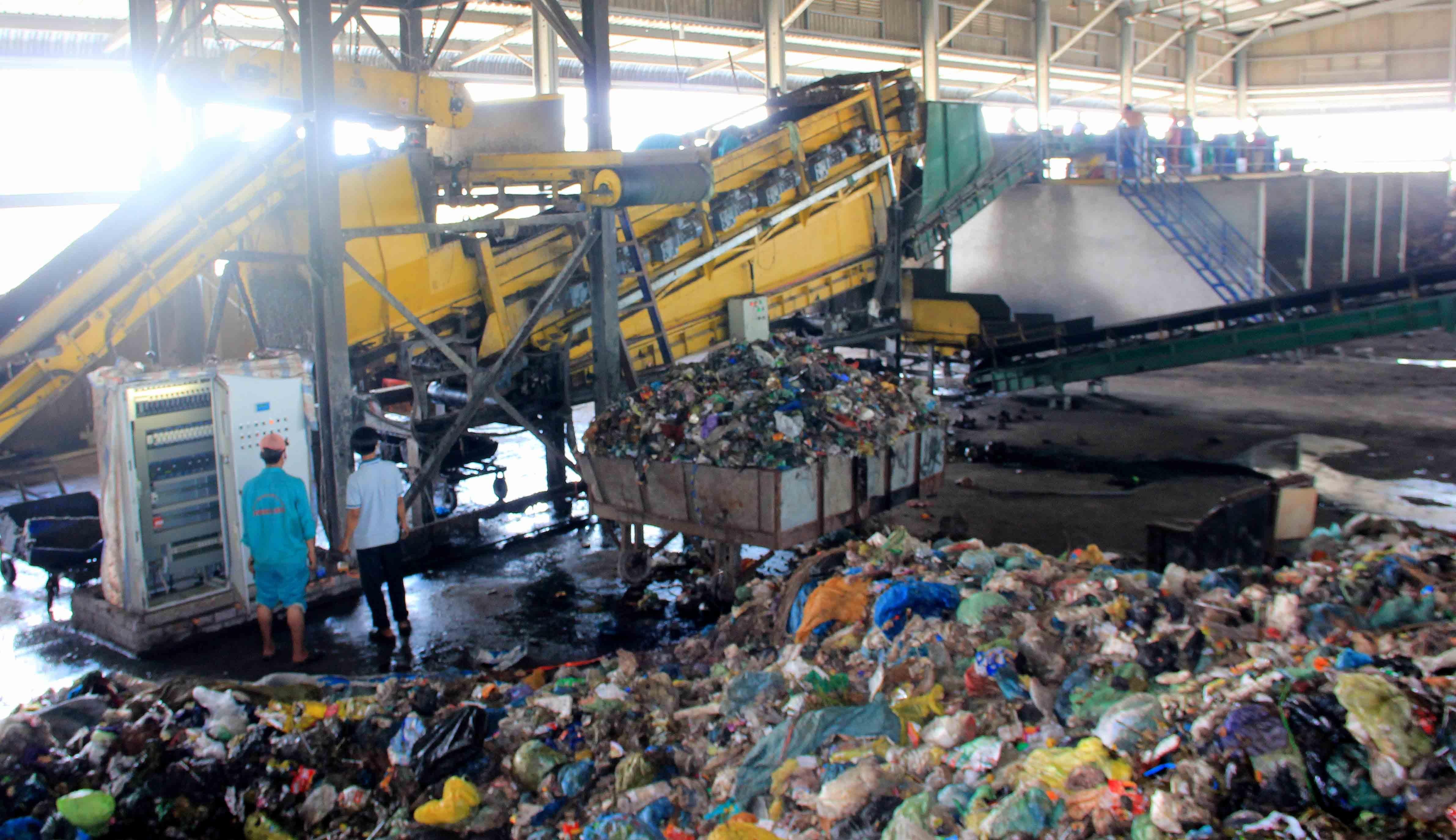 Việc đầu tư các nhà máy xử lý hoặc tái chế rác thải đang là yêu cầu lớn thế nhưng lựa chọn vốn đầu tư, công nghệ và việc đưa sản phẩm ra thị trường đang là khâu yếu nhất của chủ trương này.