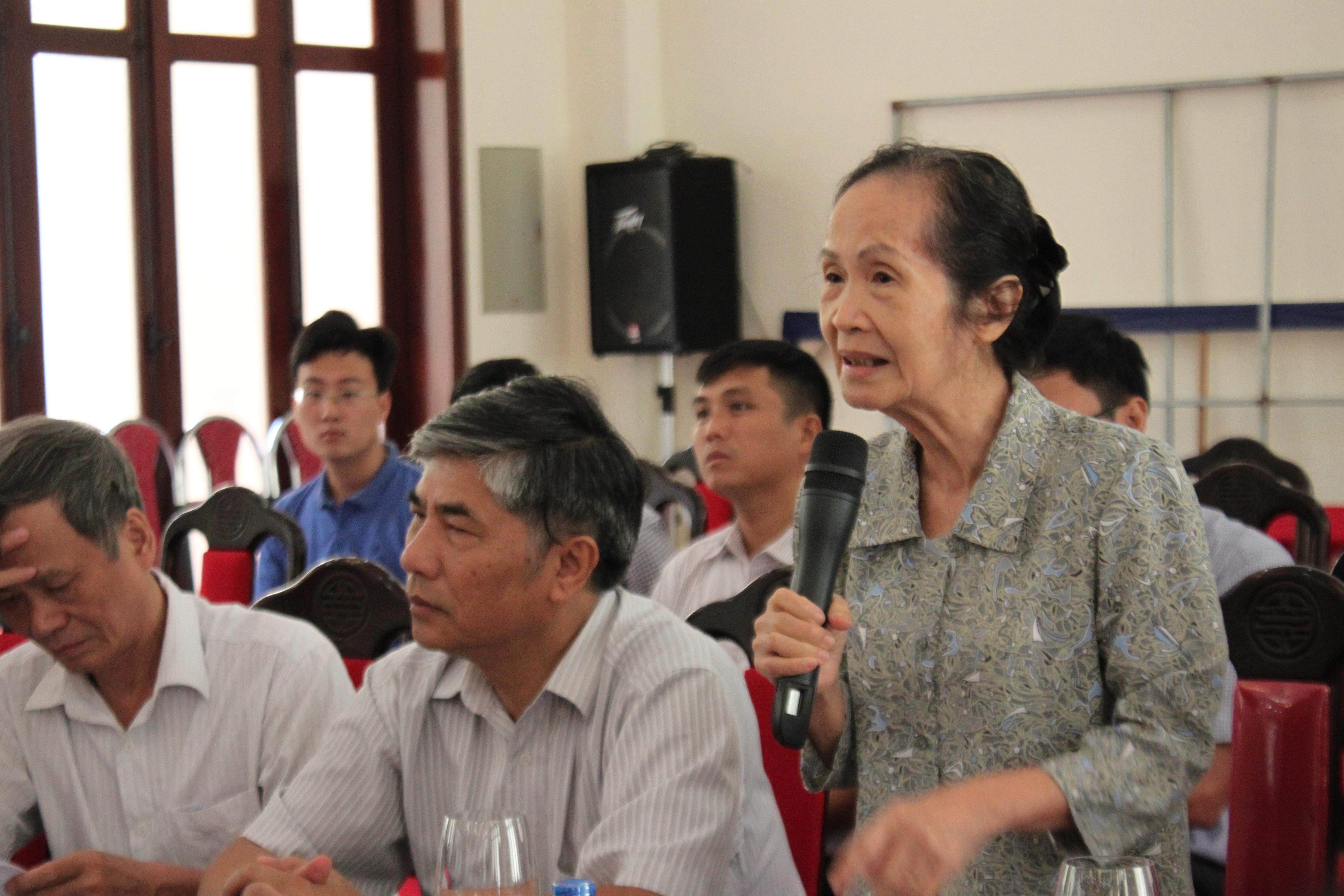 Chuyên gia Kinh tế Phạm Chi Lan (phải) và nguyên Viện trưởng Viện CIEM Lê Xuân Bá (thứ hai từ trái sang) có nhiều ý kiến sâu sắc tại Hội thảo trên.