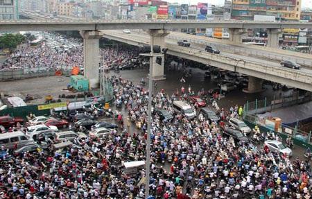 Người dân Hà Nội đang phải chịu đựng tình cảnh ùn tắc giao thông hàng ngày (ảnh: Nguyễn Dương)