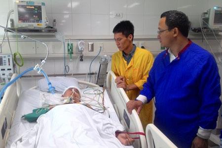 Chiều 12/11, ông Khuất Việt Hùng (áo xanh) - Phó Chủ tịch Ủy ban An toàn giao thông Quốc gia - đến Bệnh viện Việt Đức thăm hỏi và tặng quà cho các nạn nhân bị tai nạn giao thông