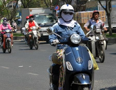 Việt Nam sẽ tiến tới áp dụng quy định bật đèn trướcxe máy khi tham gia giao thông ban ngày? (ảnh: Đình Thảo)