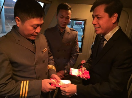 Thứ trưởng Đông mừng tuổi cho tổ lái thực hiện chuyến tàu cuối cùng của năm Ất Mùi mang mã hiệu SE3 Hà Nội - Sài Gòn