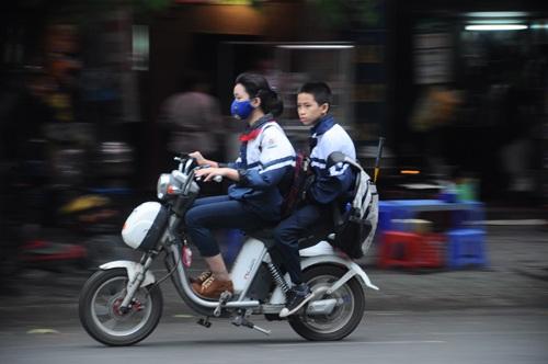 Việc trẻ em không đội mũ bảo hiểm điều khiển phương tiện tham gia giao thông diễn ra rất phổ biến
