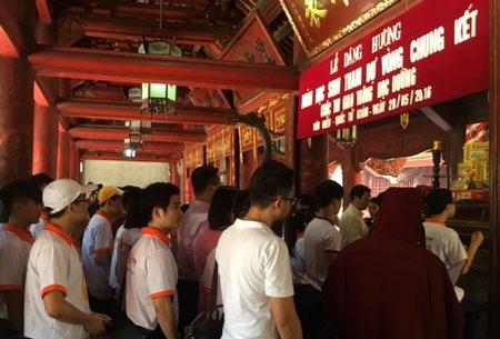 Các học sinh xuất sắc đến thừ 38 tỉnh và thành phố dâng hương tại Văn Miếu - Quốc Tử Giám trước khi tham dự vòng chung kết diễn ra vào sáng 29/5