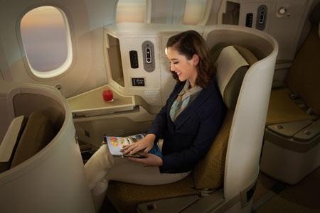 Đội máy bay mới của Vietnam Airlines có khoang khách được thiết kế đột phá đạt tiêu chuẩn 4 - 5 sao với ghế hạng Thương gia (C), có độ ngả phẳng 180 độ như giường ngủ, được bố trí trong không gian riêng biệt, rộng rãi với đầy đủ các ứng dụng phụ trợ.