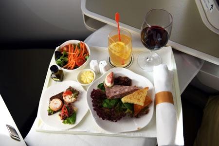 Dịch vụ ăn uống trên chuyến bay cũng sẽ là trải nghiệm thú vị. Các đầu bếp hàng đầu đến từ các khách sạn 5 sao, các nhà cung cấp suất ăn và các chuyên gia ẩm thực sẽ tham gia thiết kế các món ăn, đồ uống độc đáo, đem đến cho khách hàng cảm nhận như được phục vụ trong các nhà hàng, khách sạn cao cấp với những trải nghiệm tinh tế về văn hóa ẩm thực Việt Nam và thế giới.