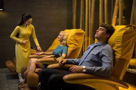 Dưới mặt đất, dịch vụ phòng chờ theo tiêu chuẩn 4 sao của Vietnam Airlines dành cho khách ưu tiên là một trải nghiệm thú vị và hấp dẫn. Đây không chỉ thuần túy là không gian yên tĩnh để chờ đợi giờ khởi hành, là nơi để thưởng thức những món ăn đặc trưng của từng vùng miền và đồ uống đẳng cấp.