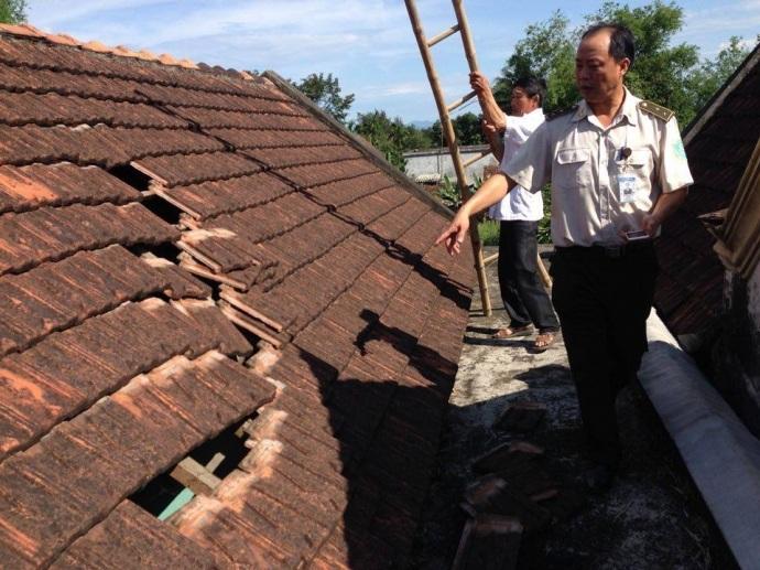 Mái ngói nhà ông Lê Văn Tiến bị đổ xuống, gia đình nghi là do máy bay hạ cánh (ảnh: Báo Giao thông)