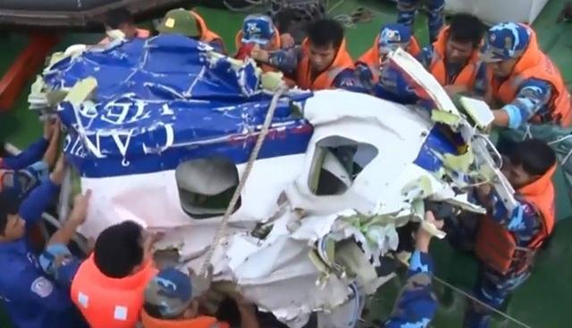 Mảnh vỡ máy bay CASA tìm thấy trên biển