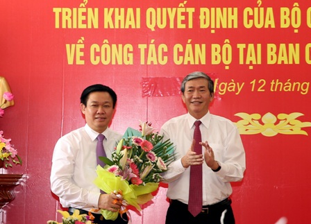 Thường trực Ban Bí thư Đinh Thế Huynh trao quyết định của Bộ Chính trị phân công Phó Thủ tướng Vương Đình Huệ làm Trưởng Ban Chỉ đạo Tây Nam Bộ