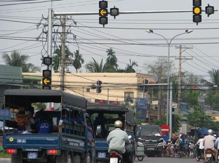 Tín hiệu đèn vàng là dự lệnh để giảm sự nguy hiểm cho mọi người khi tham giao thông qua các điểm giao cắt (ảnh: Huỳnh Hải)