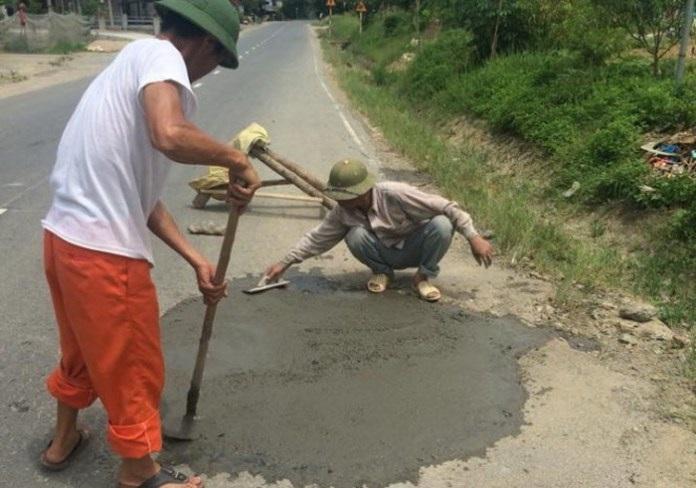 Hành động sửa chữa đường bị hỏng của người dân là đáng ghi nhận, nhưng thái độ ứng xử của một số cán bộ giao thông chưa đúng mực đã khiến cho vấn đề trở nên phức tạp (ảnh: Facebook)
