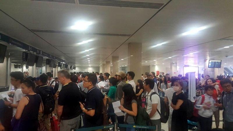 Sự cố nghiêm trọng kéo dài trong nhiều giờ đồng hồ, nhưng hành khách đi máy bay rất bình tĩnh, kiên nhẫn và trật tự xếp hàng tại sân bay, thể hiện sự đoàn kết và tinh thần dân tộc