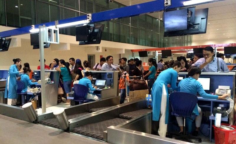 Hoạt động check-in điện tử tại Tân Sơn Nhất bị đóng cửa hoàn toàn do sự cố và chuyển sang làm thủ công bằng tay