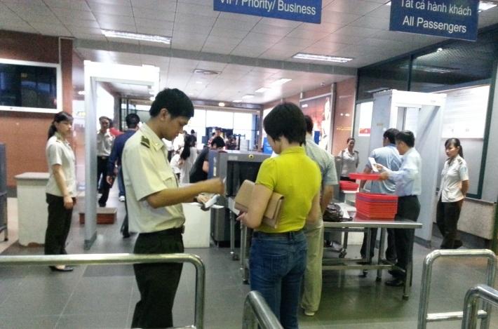 Kiểm tra an ninh trước khi vào khu vực cách ly tại sân bay Nội Bài (ảnh minh họa)