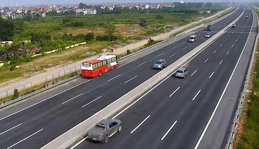 Chiếc xe khách 45 chỗ màu đỏ đi ngược chiều trên cao tốc Hà Nội - Hải Phòng