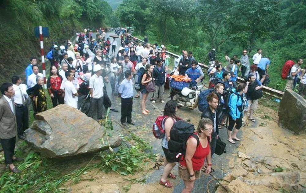 Hàng trăm du khách đang mắc kẹt do mưa lũ lớn tại Lào Cai (ảnh: Nguyên Dương)