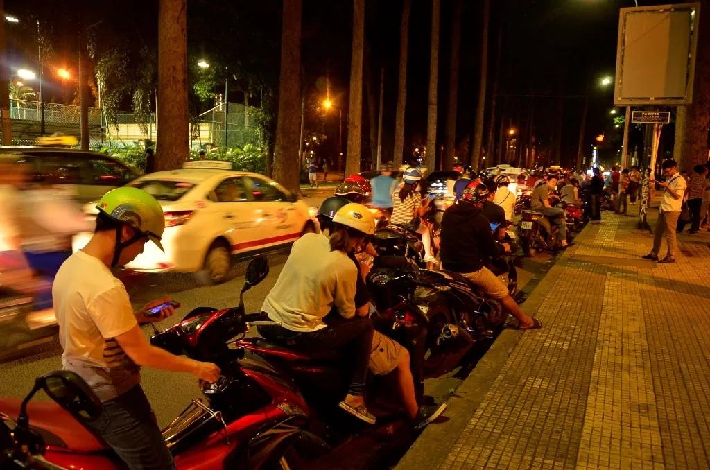 Nhiều người ở TPHCM dừng đỗ xe dưới lòng đường để bắt Pokémon (ảnh: Đình Thảo)