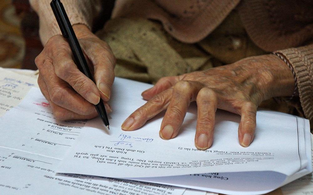 Đôi bàn tay già nua của bà Lích vẫn phải run rẩy viết từng nét chữ nghuệch ngoạc vào đơn khiếu nại gửi đi khắp nơi tìm công lý