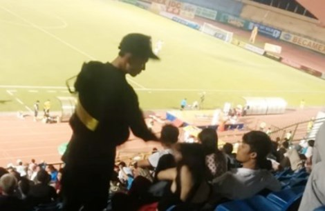 CSCĐ tát cô gái trong sân vận động bị đình chỉ công tác - Ảnh cắt từ clip