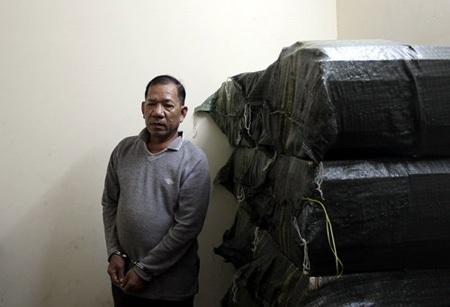 Một ông trùm buôn bán thuốc lá lậu tại cửa ngõ phía Tây thành phố bị bắt giữ cùng tang vật là hàng ngàn gói thuốc lá lậu