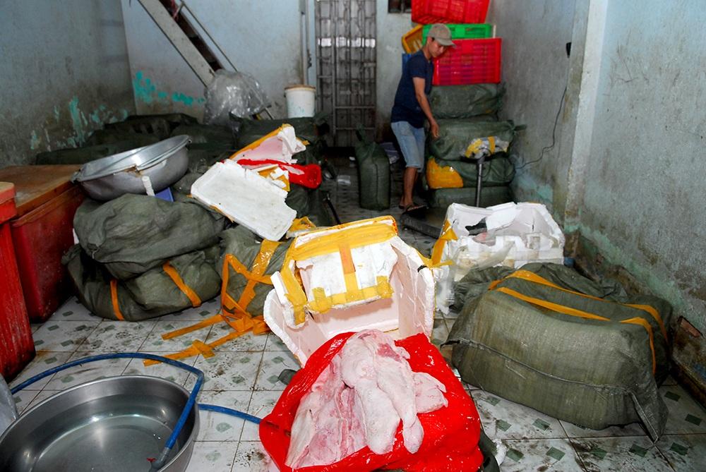 Một cơ sở tàng trữ phế phẩm bị cơ quan chức năng đột kích, bắt giữ hàng tấn thịt bẩn