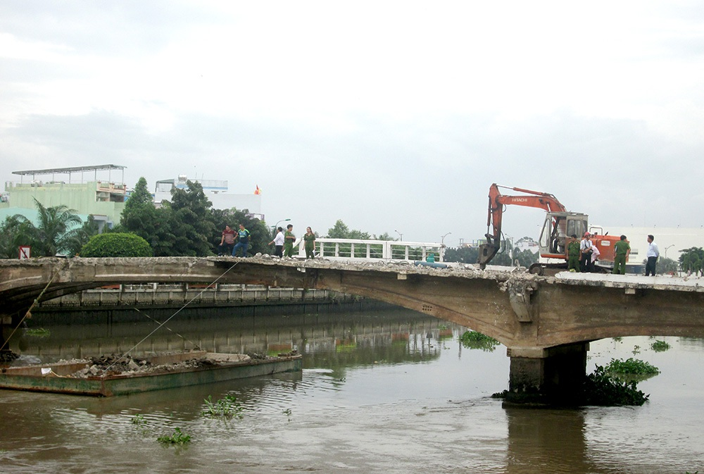 Hiện trường một công nhân bị rơi xuống sông thiệt mạng khi đang thi công tháo dỡ cầu Đúc