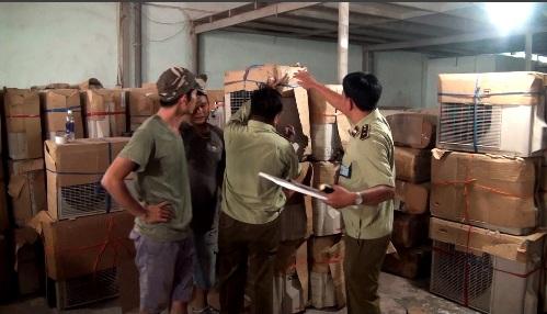 Lực lượng QLTT kiểm tra kho đồ điện lạnh nhập khẩu trái phép