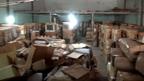 Hàng ngàn thiết bị điện lạnh chứa trong kho, trong đó nhiều sản phẩm nằm trong danh mục cấm nhập khẩu