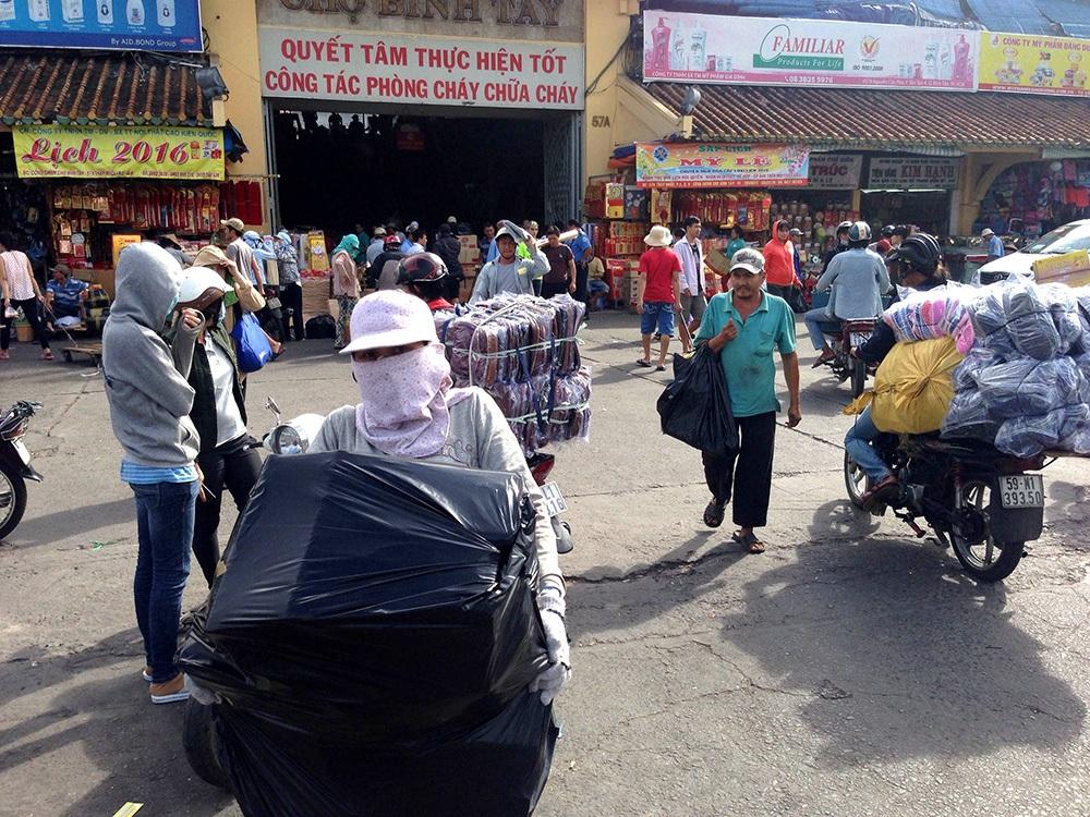 Dù là chợ lớn bậc nhất ở Sài Gòn nhưng chợ Bình Tây rất ít hàng Việt