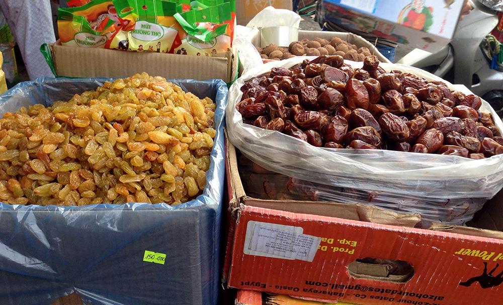 Những mặt hàng thiết yếu phục vụ dịp Tết được phơi bán ngoài chợ