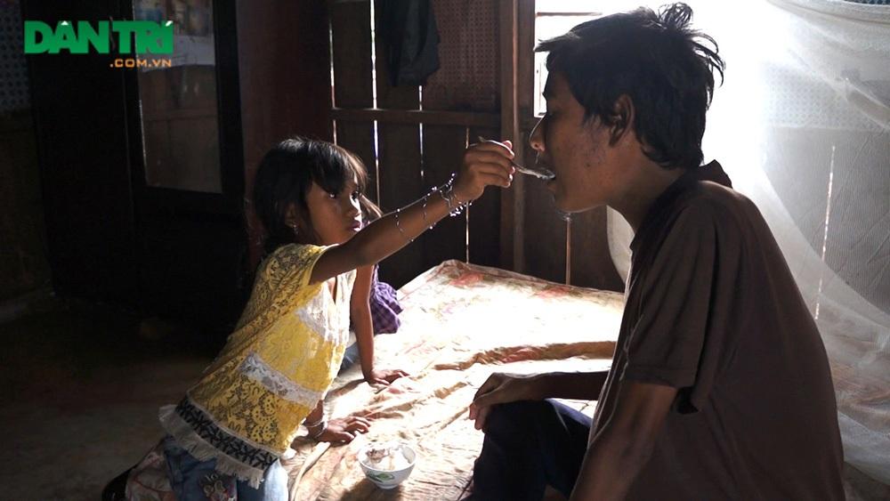 Công việc đi xin cơm, chăm cha đã trở nên quen thuộc với Ka Lâm Thuyết