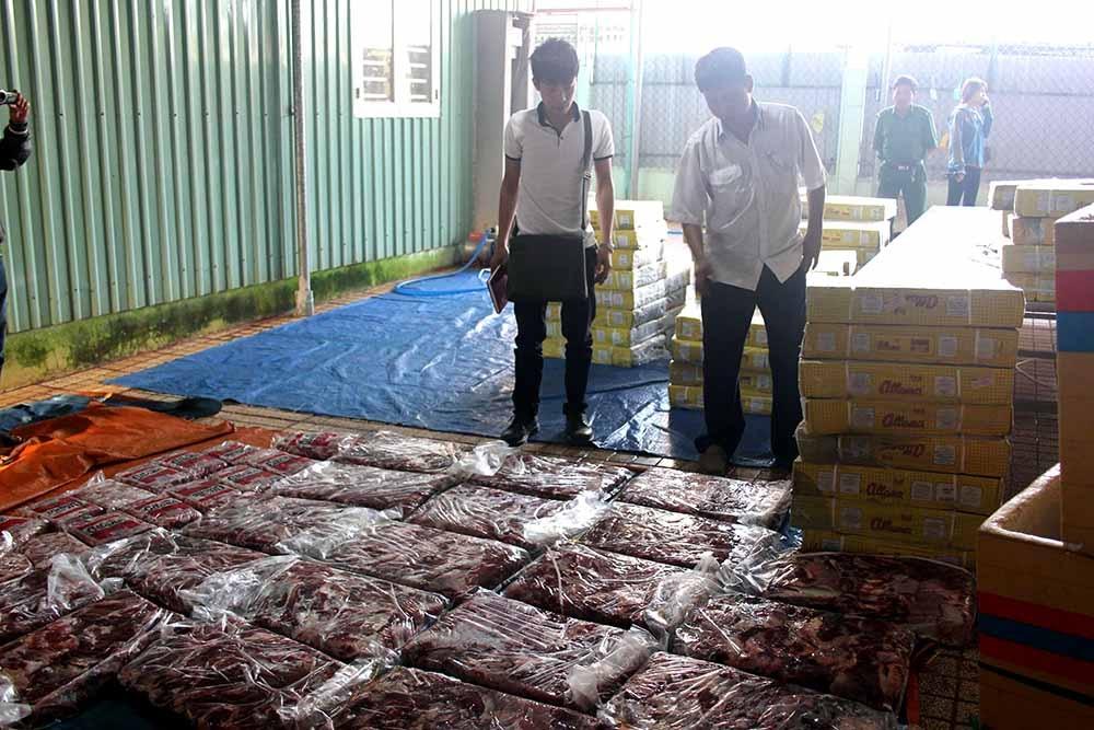 Khoảng 3 tấn thịt trâu chuẩn bị được bố biến thành thịt bò bị cơ quan chức năng phát hiện thu giữ