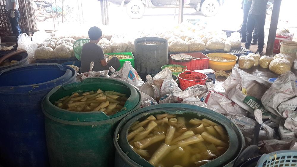 Những thùng măng ngâm trong hóa chất được bán ra cho người tiêu dùng