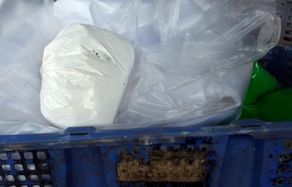 Bịch bột trắng nghi là hóa chất công nghiệp dùng để tẩy trắng măng được cảnh sát môi trường thu giữ tại một cơ sở chế biến măng tươi tại huyện Hóc Môn