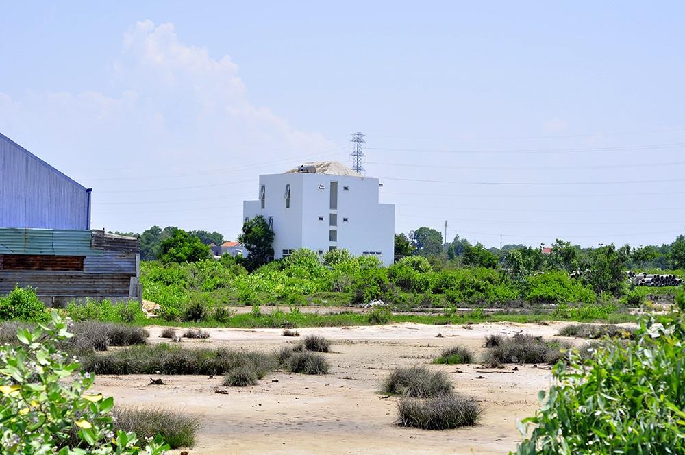 Trên mảnh đất rộng chỉ có duy nhất tòa nhà 3 tầng thi công dở và căn nhà nhỏ làm văn phòng công ty