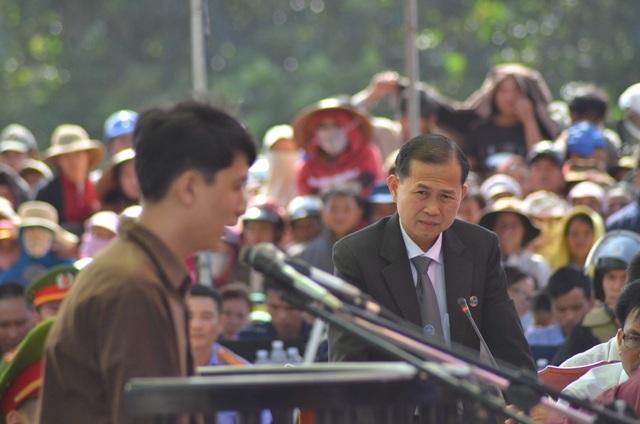 Luật sư Lê Văn Nam chất vấn Nguyễn Hải Dương trong phiên tòa sơ thẩm xét xử lưu động
