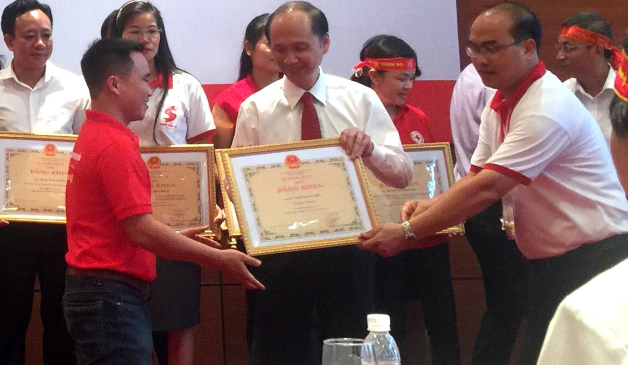 GS.TS Lê Quang Cường, Thứ trưởng Bộ Y tế trao tặng bằng khen của Bộ trưởng Bộ Y tế cho phóng viên Trung Kiên, Báo Dân trí