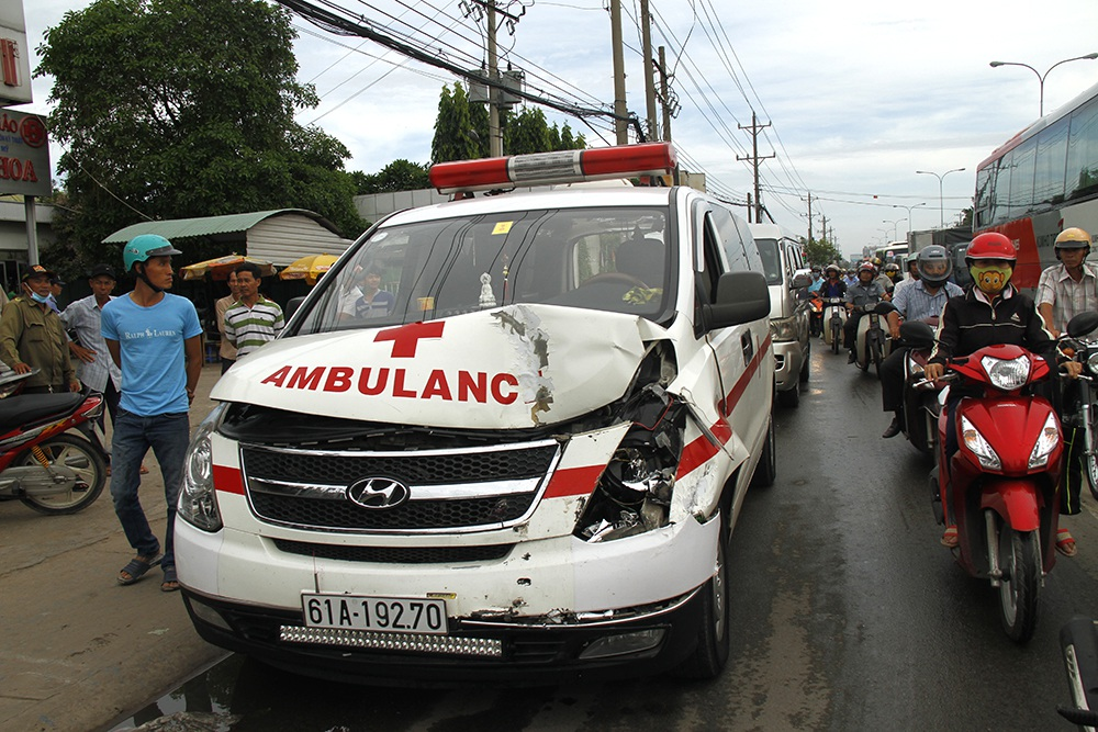 Chiếc xe cứu thương hư hỏng phần đầu