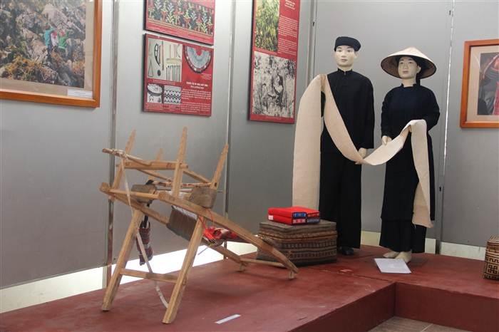 Nghi lễ Dâng tấm vải khô ướt để báo đáp công ơn cha mẹ được tái hiện trong không gian triển lãm.