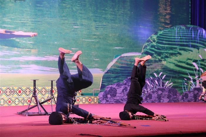 Hai nghệ nhân quần chúng đến từ huyện Ba Bể, Bắc Kạnđang biểu diễn múa khèn Mông.