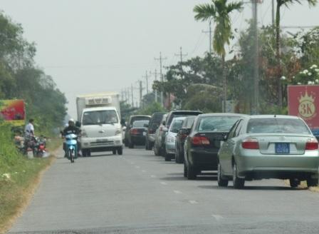 Đoàn xe công đi ăn đám giỗ ở nhà người dân thị xã Vĩnh Châu hôm 19/12 (ảnh bạn đọc cung cấp)